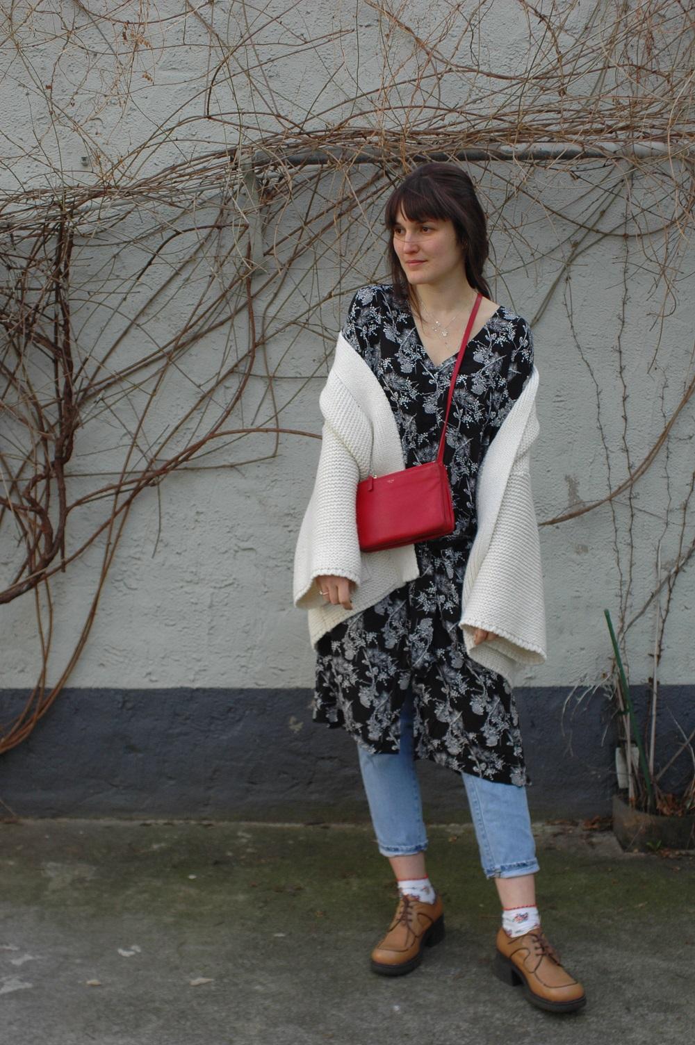 Céline Trio, Kimono Strickmantel, Coled Jeans und Kleidchen- Kleid über Hose ist einfach die perfekte Kombi, um den kühlen Frühlingswind zu trotzen!